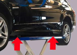 Bil løftes på gummiklodser